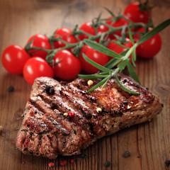 gegrilltes Steak mit frischen Tomaten