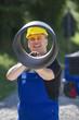 Bauarbeiter mit Rohr in der Hand