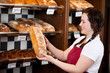 verkäuferin mit brot in der bäckerei
