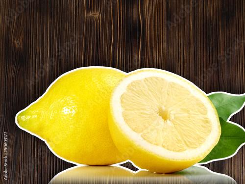 Zitrone mit Holzhintergrund