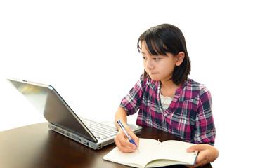 インターネットで調べ物をする女の子