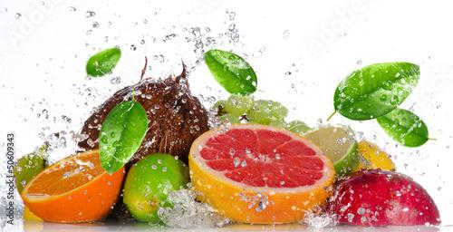 swieze-owoce-z-plusk-wody-na-bialym-tle