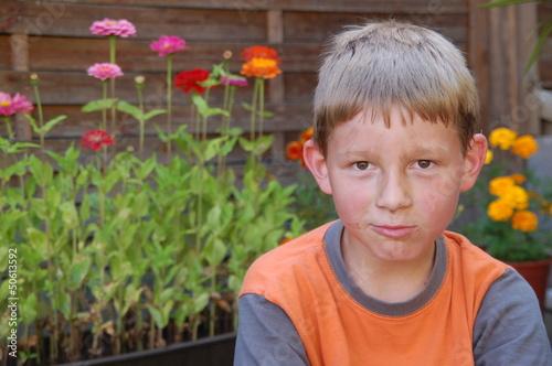 Kind nach der Gartenarbeit
