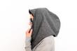 junge Frau mit Kopfbedeckung
