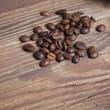 Kaffeebohnen auf Holz