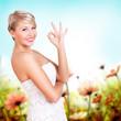 attraktive junge blonde Frau zeigt OK