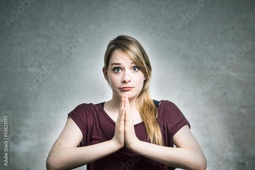Junge Frau betet