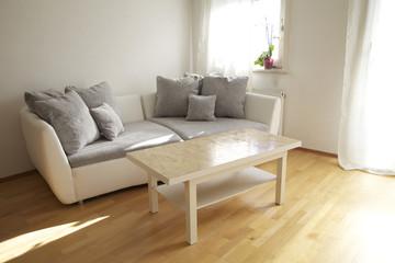 Design Sofa mit Tisch im Wohnzimmer