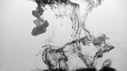 Tinte in Wasser (Schwarz-Weiß)