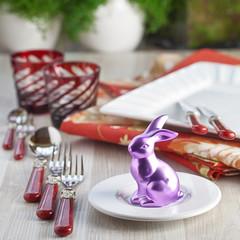 Gedeckter Tisch für Ostern mit Deko-Osterhase