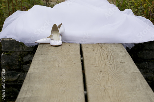 Braut am Steg mit ausgezogenen Schuhen