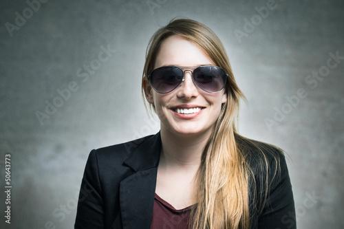 Junge blondine mit Sonnenbrille