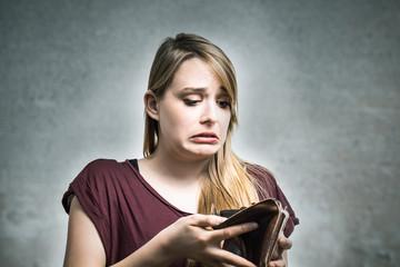 Junge Frau ist bankrott