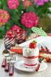Tischgedeck mit Erdbeere - Tiramisu