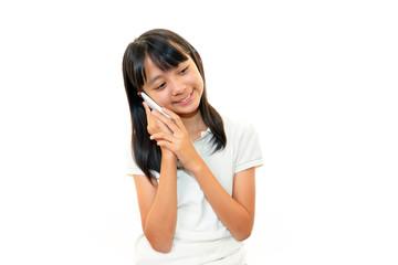 携帯電話で会話を楽しむ女の子