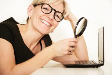 hübsche Frau mit Laptop