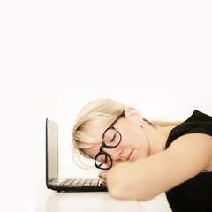 schlafende Frau am Laptop