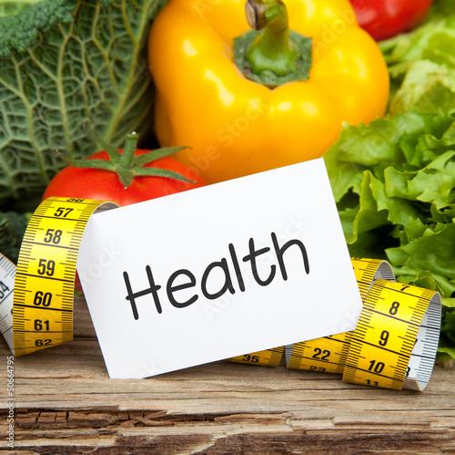 Frisches Gemüse auf Holz mit Massband HEALTH