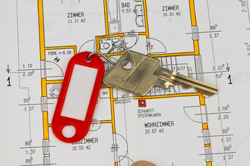 Wohnungsschlüssel und Bauplan