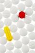 Bunte und weiße Tabletten