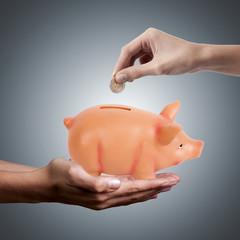 manos ahorrando dinero