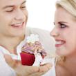 Junge Mann macht Heiratsantrag mit Cupcake
