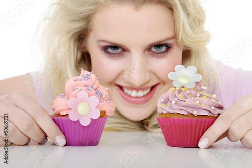 Junge hübsche Frau mit Cupcake lacht