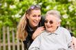 Junge Frau besucht Großmutter im Altenheim