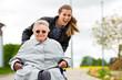 Leinwanddruck Bild - Junge Frau besucht Großmutter im Altenheim