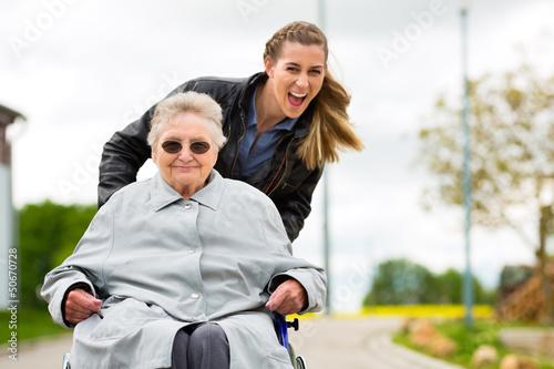 Leinwanddruck Bild Junge Frau besucht Großmutter im Altenheim