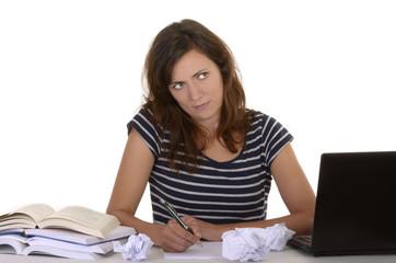 Studentin nachdenklich am Schreibtisch