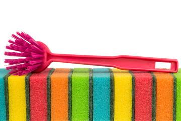 Putzbürste auf bunten Schwämmen