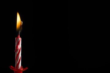 Vela de cumpleaños sobre fondo negro