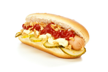Dänischer Hot Dog mit Gurken und Röstzwiebeln