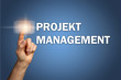 Hand tippt Touchscreen Projektmanagement