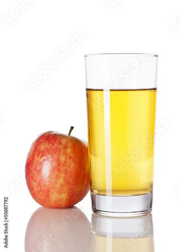 Apfelsaft und roter Apfel isoliert