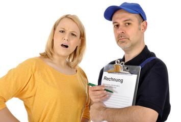 Handwerker präsentiert überteuerte Rechnung