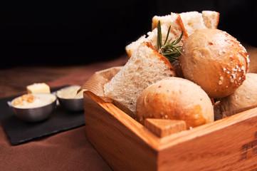 Corbeille de pain sur une table