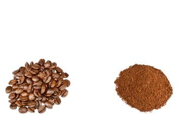 Einige aufgehäufte Kaffeebohnen und Kaffeepulver