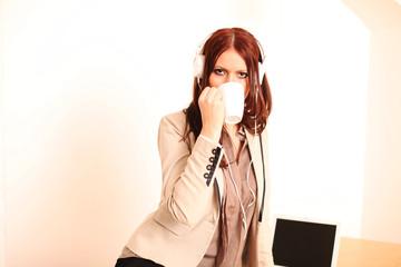 Angestellte hört Musik