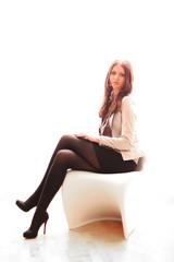 junge Frau posiert auf einem Stuhl