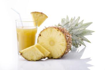 spicchi di ananas e succo in bicchiere