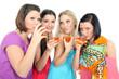 Freundinnen trinken gemeinsam