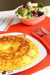 Tortilla española de patatas con ensalada