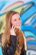 Weiblicher Teenager telefoniert mit mobilem Telefon