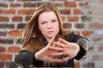Mädchen mit streckt Hände nach vorne zur Abwehr