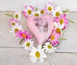 Holzherz mit Gänseblümchen