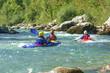 Kajakfahrer im smaragdgrünen Wasser