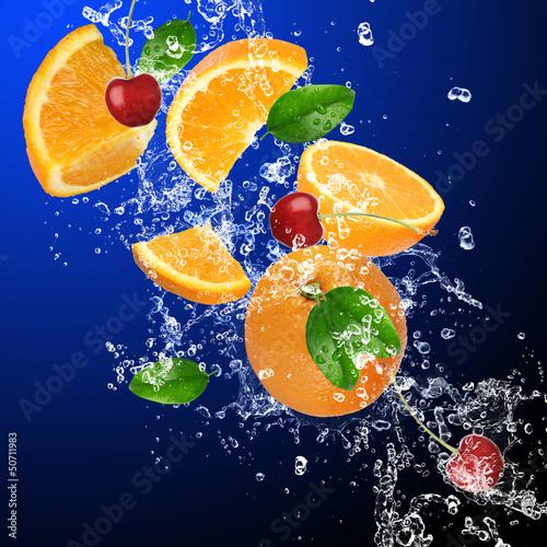 Foto op Canvas Opspattend water Fresh oranges and cherries in water splash