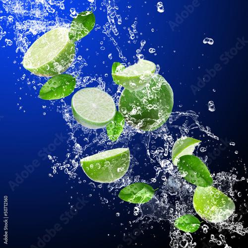 Foto op Canvas Opspattend water Limes in water splash